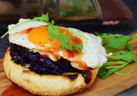 Toast with red cabbage, gorgonzola and egg