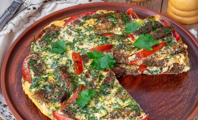 Omelet with rye bread and tomatoes (in a pan)