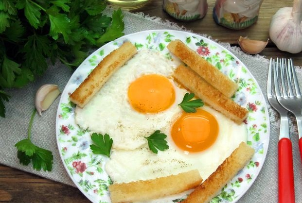 Scrambled eggs with garlic croutons