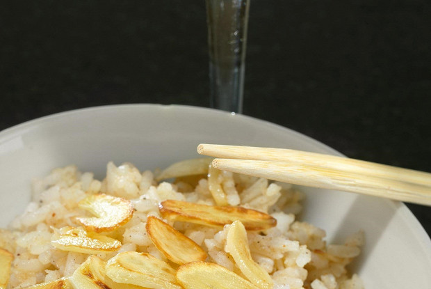 Rice with nutmeg, cinnamon and garlic chips