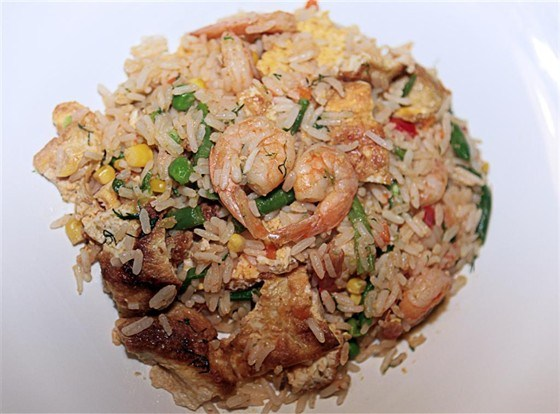 Rice with shrimps, vegetables and omelet
