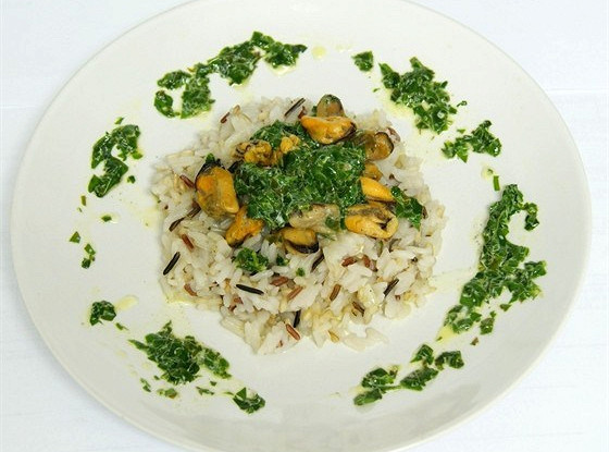 Four rice with mussels and spinach sauce