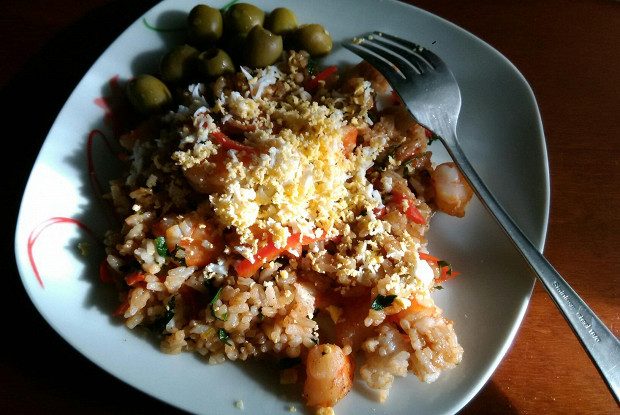 Fried rice with prawns and bell peppers