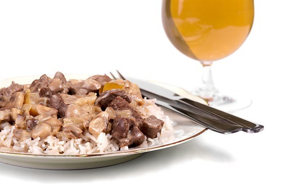 Fried beef with red pepper, mushrooms, oyster sauce and rice