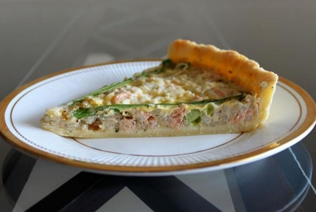 Quiche with rice, salmon and asparagus