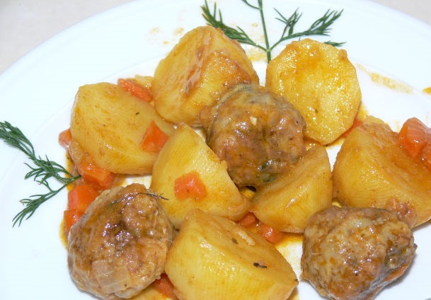 Potatoes with meatballs in tomato sauce