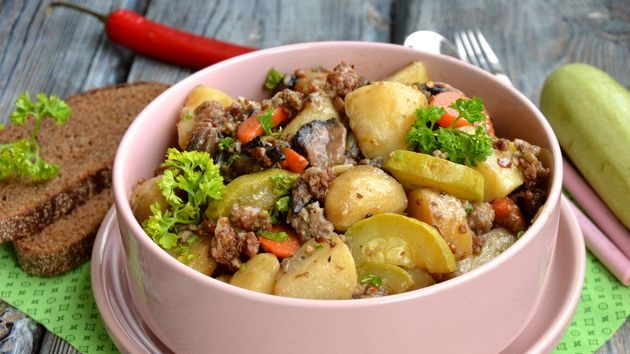 Young potatoes stewed with zucchini, mushrooms and minced meat