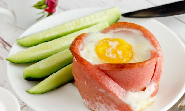 Fried eggs with sausage and cheese, in the oven