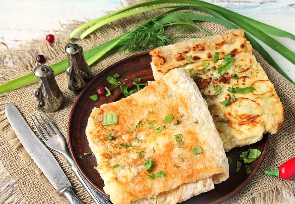 Scrambled eggs in pita bread, with herbs and cheese