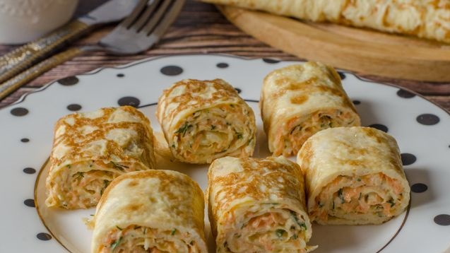 Omelet rolls stuffed with carrots and cheese