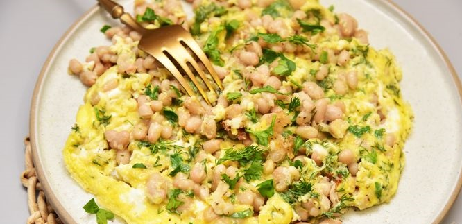 Canned Beans Sauteed with Onions and Eggs