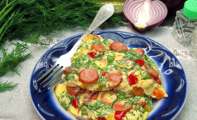 Kefir omelet with sausages and vegetables