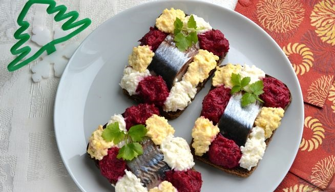 Sandwiches with herring, onions, beets and eggs