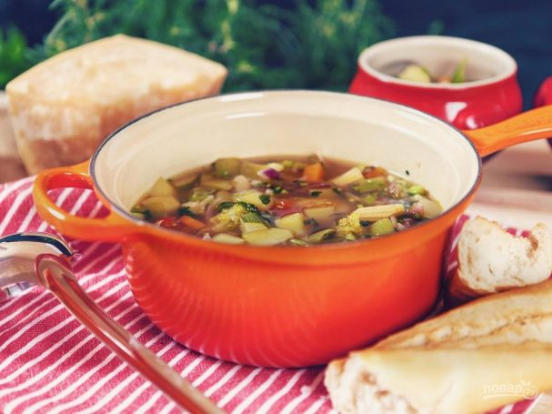Minestrone soup with broccoli