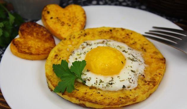 Fried eggs in a pumpkin ring