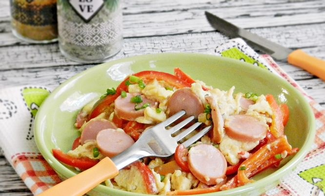 Scrambled eggs with sausages and bell peppers