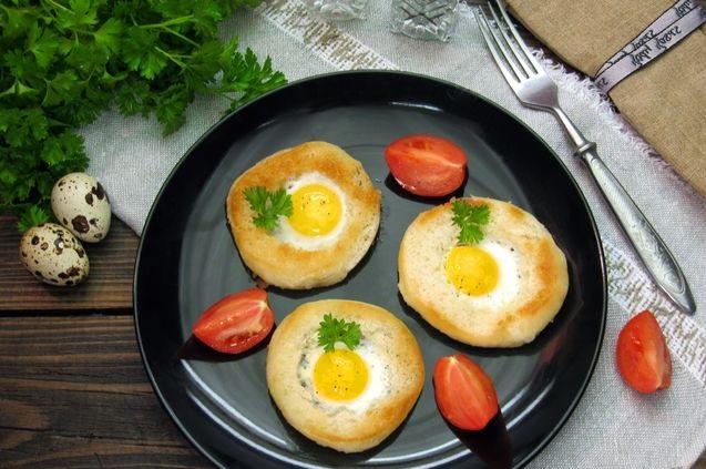 Quail eggs in bread