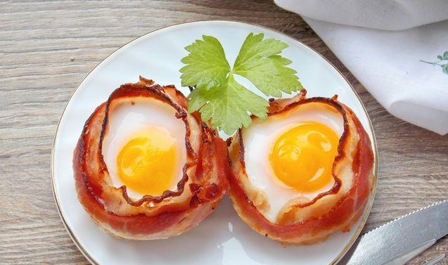Fried eggs in bacon