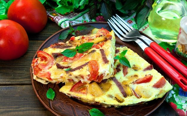 Potato tortilla with tomatoes and sausage (in a pan, in the oven)