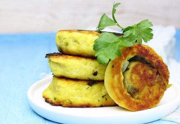 Potato rolls with spinach (in a pan)