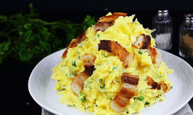 Mashed potatoes with white cabbage, green onions and bacon