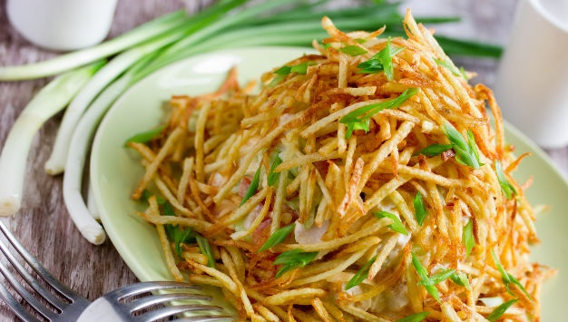 Anthill salad with chicken and potato strips